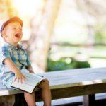 子どもが嬉しそうにほほ笑んでいる画像